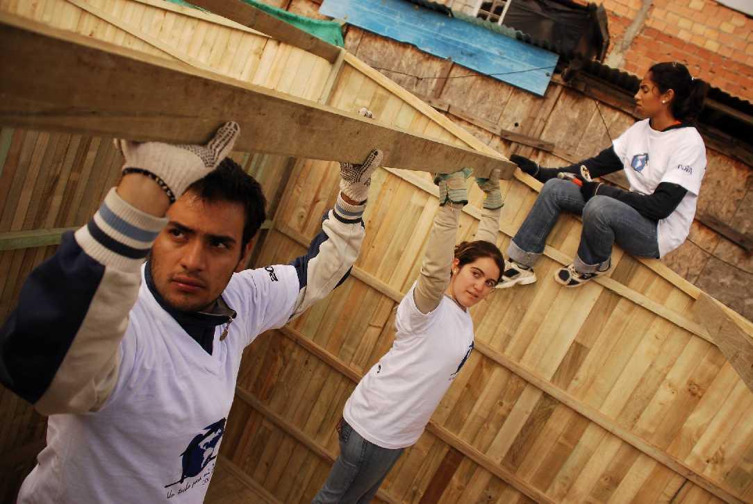 Iv premio de ddhh para la fundaci n un techo para mi pa s for Paredes que no llegan al techo